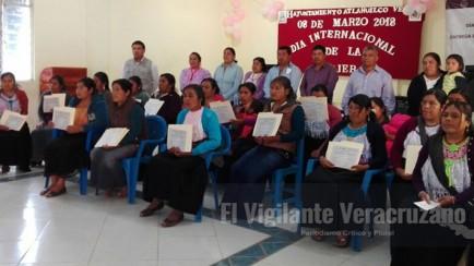 mujeres de atlahuilco reciben constancia de estudios por parte del ivea