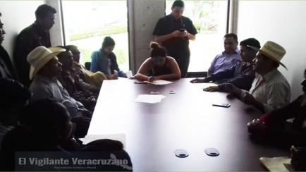se reúnen habitantes de mixtla con representantes del congreso