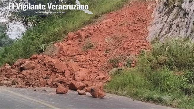 desilazamientos obstruyen carretera en atzacan