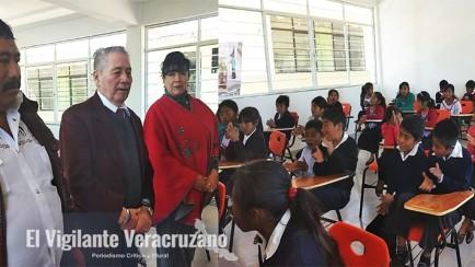Entrega alcalde mendocino, aulas a estudiantes de Ocotla