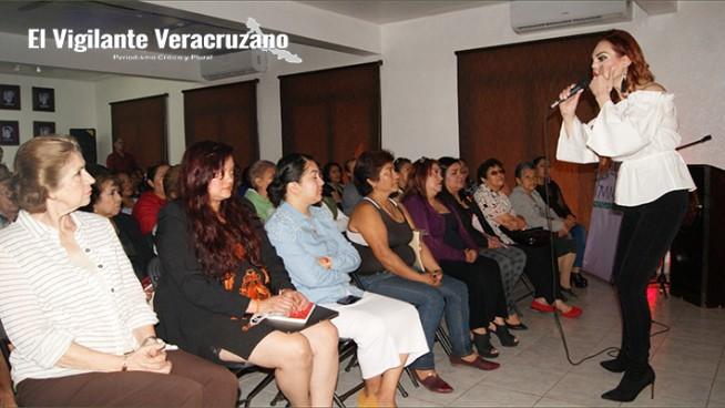 carmen campuzano ofrece conferencia a mujeres de nogales
