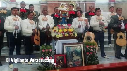 mariachis le cantan a santa cecilia