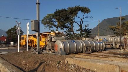 tren se lleva pipa con material peligroso