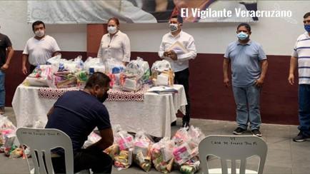 corina villegas entrega despensas a mariachis